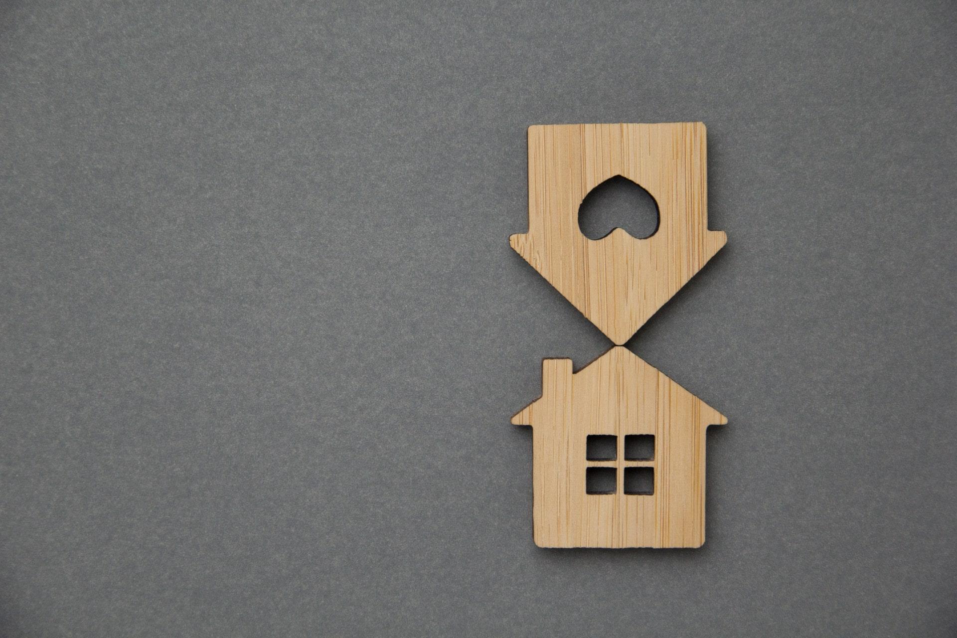 twee houten huizen